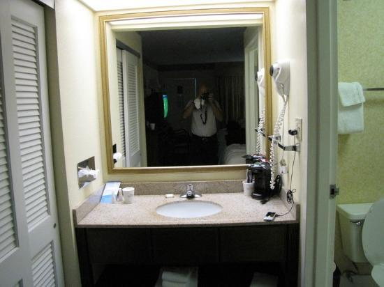 Baymont Inn & Suites Tallahassee: Bathroom Sink area - small with one cup coffee maker on it