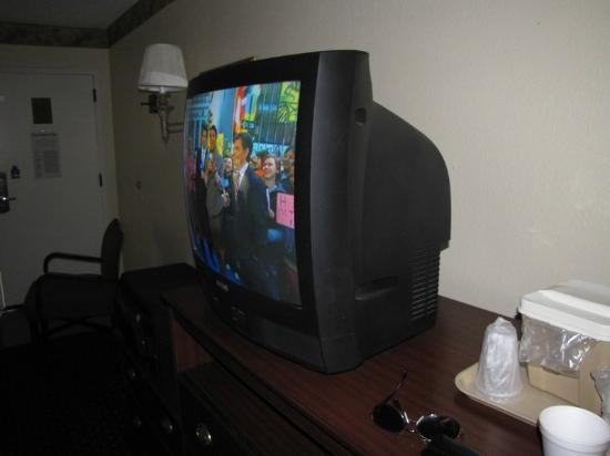 Baymont Inn & Suites Tallahassee: No flat screen tv here and missing channels