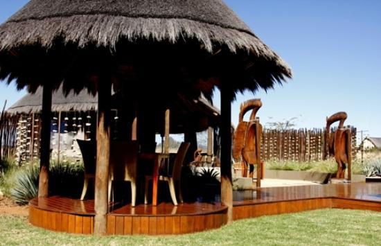 Botsebotse Luxury Retreat: Thatched outside dining area