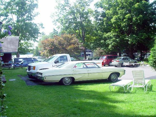 Carey's Lakeside Cottages: Somebody drove a classic car there