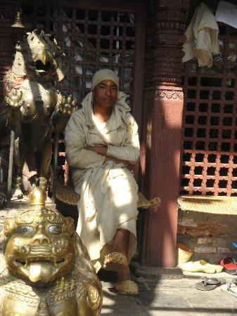 Golden Temple (Hiranya Varna Mahavihar): Monje cuidador