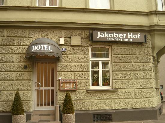 Hotel Jakober Hof: Front of hotel across the car park from our room