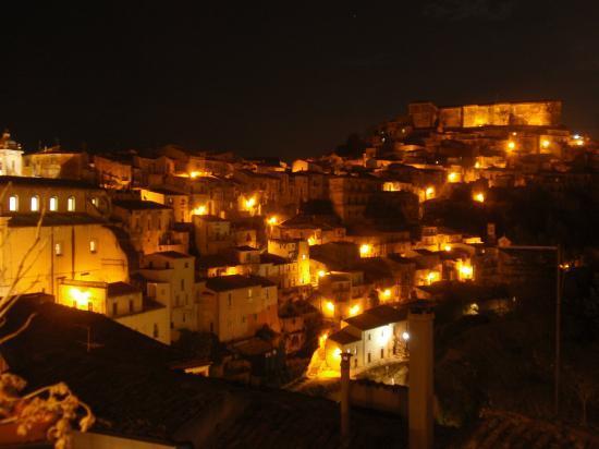 La Casa di Matilde : Vista su Ragusa Ibla di notte.
