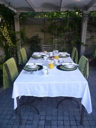 Centre-Ville Guest House: Our table set for breakfast