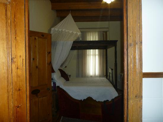 Centre-Ville Guest House: Looking into bedroom