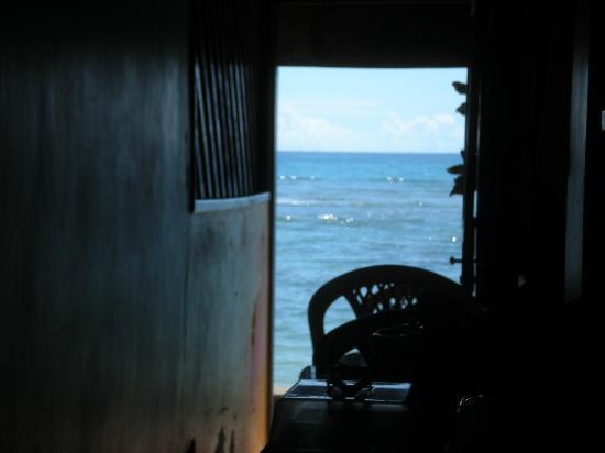 Pousada Farol das Estrelas: Desayuno en el pasillo de entrada a la posada, incomodo.