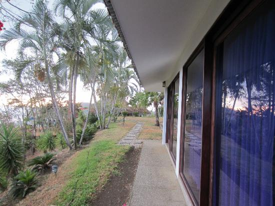 Cristal Azul: Looking left from our cabina, walkway to the Rancho