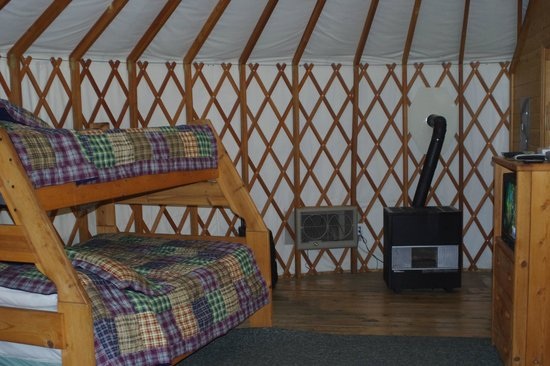Yosemite Lakes RV Resort : Bunk bed, air conditioner, heater, and TV