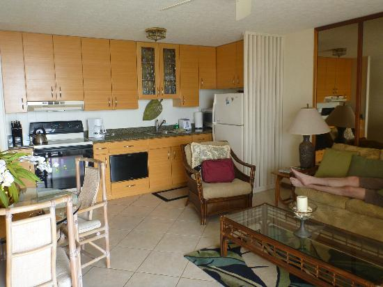 Punahoa Beach Apartments: kitchen