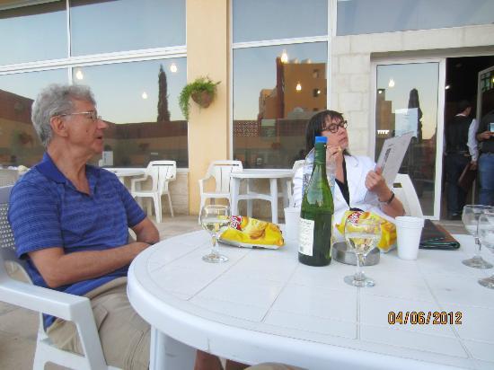 Mariam Hotel: Enjoying some wine before dinner