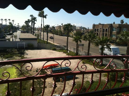 BEST WESTERN Harbour Inn & Suites: Other view from balcony (of PCH & grotty private beach that you can't access)