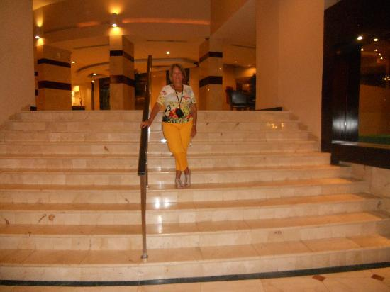 Plaza Paitilla Inn: en la escalinata hacia el comedor