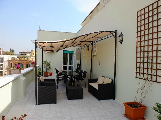 B&B La Duchessa A Roma: The deck, which is just off the kitchen