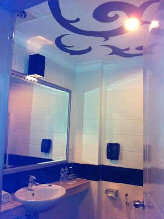J Boutique Hotel: Bathroom