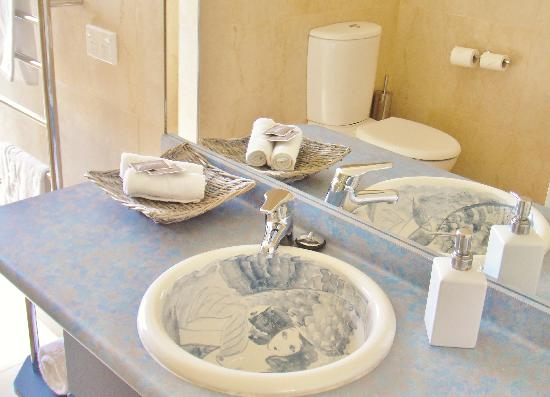 Patons Rock Beach Villas: Unique hand painted basins in the bathrooms
