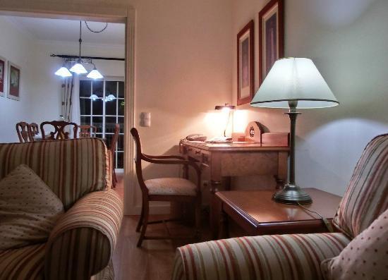 geräumiges wohnzimmer mit schreibtisch und lan-anschluss - bild, Wohnzimmer