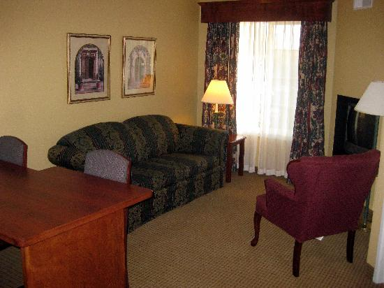 GrandStay Hotel & Suites Madison: living room area