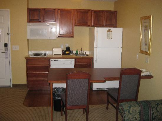 GrandStay Residential Suites Hotel Madison: kitchen area