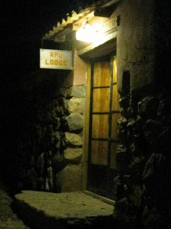 Apu Lodge: Apu entrance at night