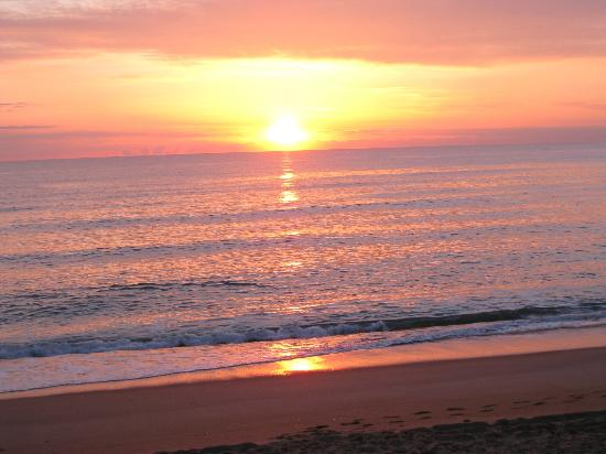 Days Inn & Suites Kill Devil Hills-Mariner: Stunning Sunrise view from behind The Mariner