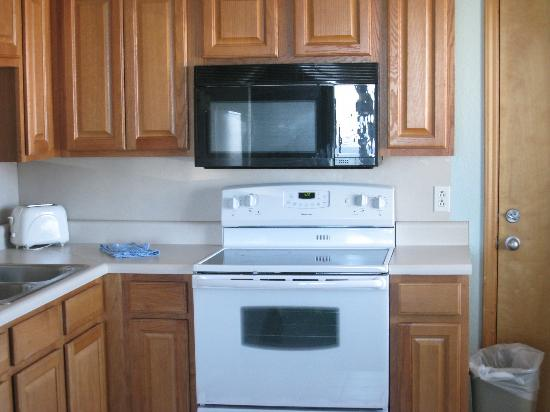 Days Inn & Suites Kill Devil Hills-Mariner : Eat in Kitchen in Good Shape