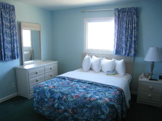 Days Inn & Suites Kill Devil Hills-Mariner: Large Comfy Bedding, beachy and cosy!