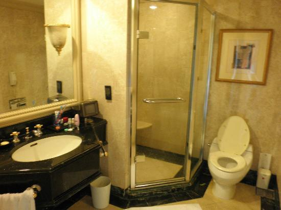 Grand Hi-Lai Hotel : bathroom, there's a bath tub on the right that I didn't capture