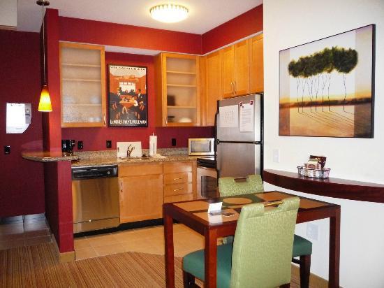 Residence Inn Moline Quad Cities: Kitchen