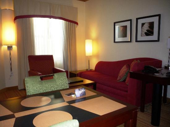 Residence Inn Moline Quad Cities: Living area