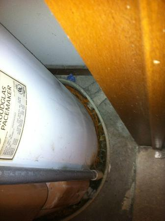 Park Lane Hotel And Suites: The Funky Smelly Water Heater In The Room Closet