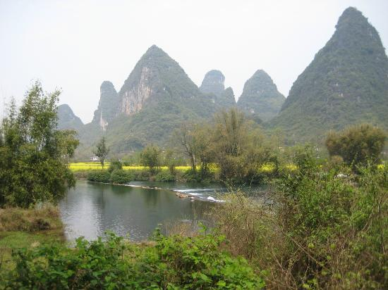 Moondance Boutique Resort : 15 minute walk to Yulong river from the hotel
