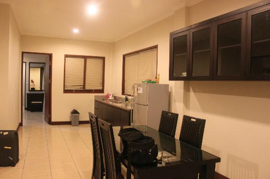 Kuta Townhouse Apartments: Dining/Kitchen area/view second bedroom