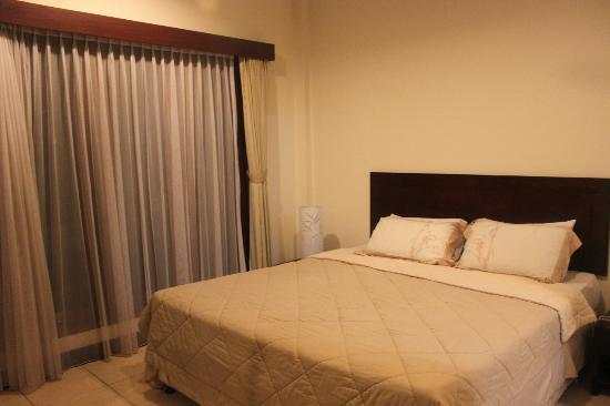 Kuta Town House Apartments: Master bedroom