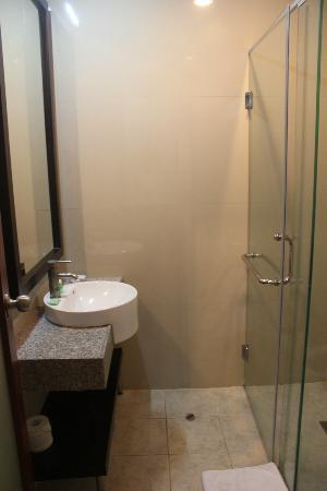 Kuta Town House Apartments: Bathroom