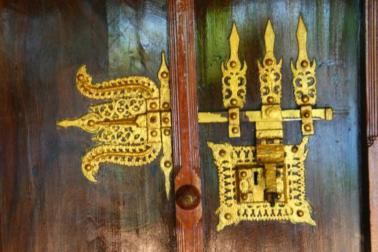 Thevercad Alleppey Homestay: Authentic details of the doors