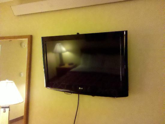 Days Inn Harrisburg North: hdtv mounted on the wall