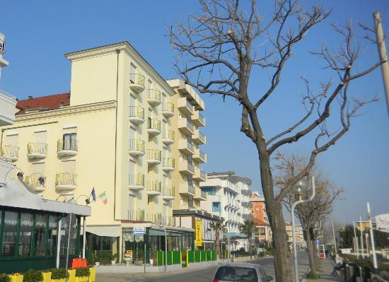 Emilia Hotel: L'Hotel vistao dalla spiaggia