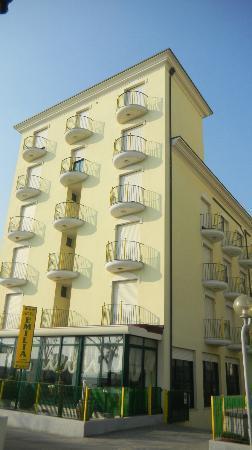 Emilia Hotel : L'Hotel visto dal lungomare