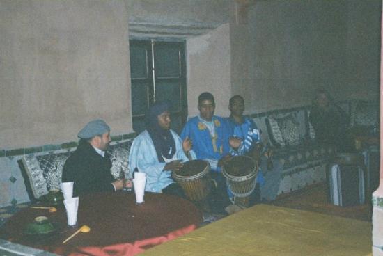 Auberge La Terrasse des Delices: Berber fun after dinner