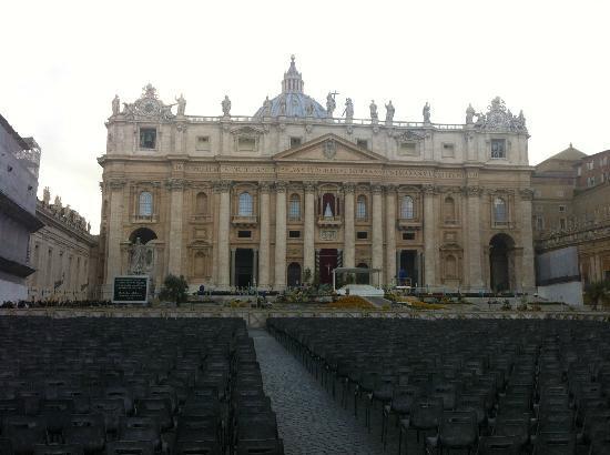 NH Roma Villa Carpegna: Piazza San Pietro