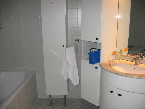 Het Verscholen Dorp Bungalowpark: Badezimmer