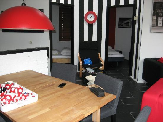Het Verscholen Dorp Bungalowpark: Blick in zwei der drei Zimmer
