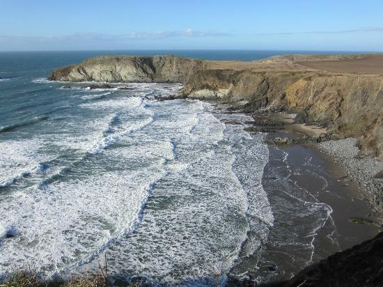 Ynys Barry Holiday Cottages & Lodges: Traethllyfn Beach 12 minute walk away
