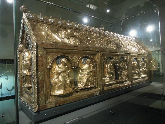 Basilica of St. Servatius: Gold box containing remains of St. Servatius