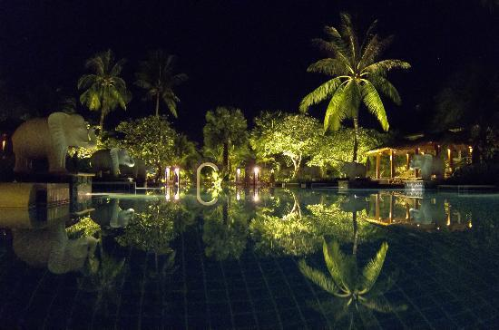 Bandara Resort & Spa : Pool at Night