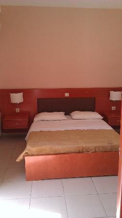 Sunshine Hotel Apartments: double bed