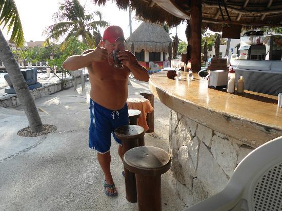 Palapa Manati Snack Bar: Having a michiladaat the bar