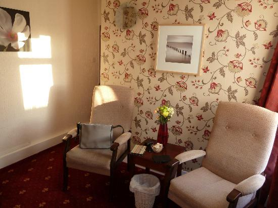 Kilbrannan Guest House: Separate lounge area: 2 chairs and a table