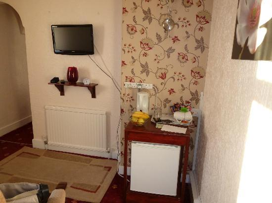 Kilbrannan Guest House: The lounge TV and refreshments area