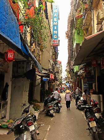 Hanoi Charming Hotel: The small street is quiet for Hanoi